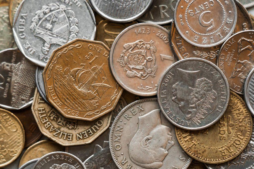 世界中のコインの山