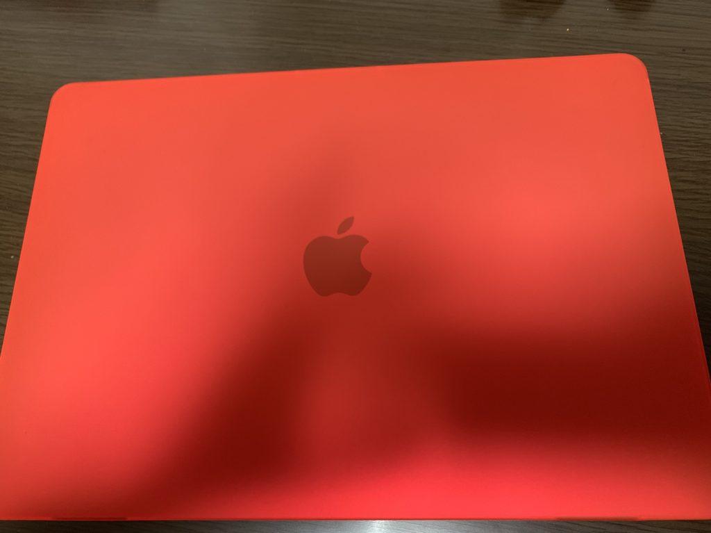 赤いカバーを付けたMacBookPRO